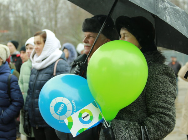 «Мужской» день в Новых Черемушках: гости праздника в снегопад согреваются чаем и танцами