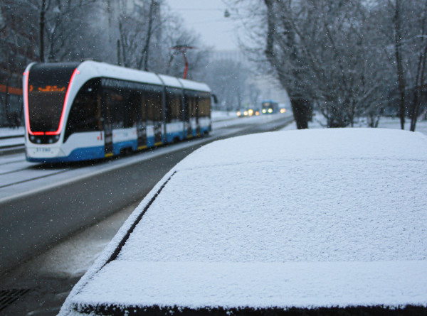 Зима вернулась: Москву и область накрыл снегопад