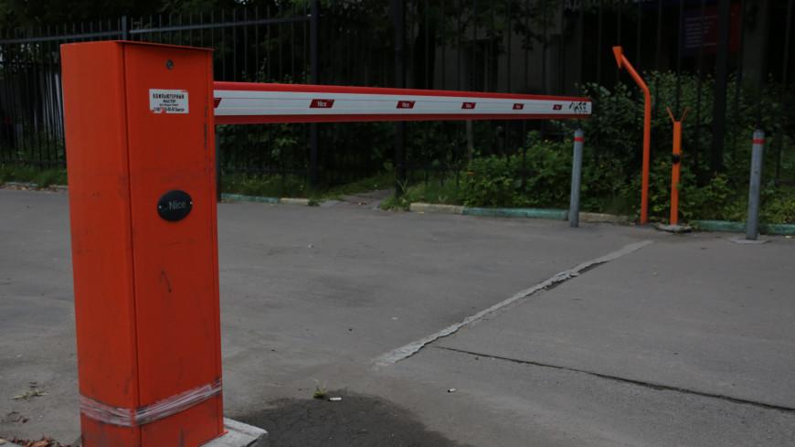 Шлагбаум,шлагбаум, двор, машина, автомобиль, стоянка, парковка, автошлагбаум, барьер, пропуск, ограничение,