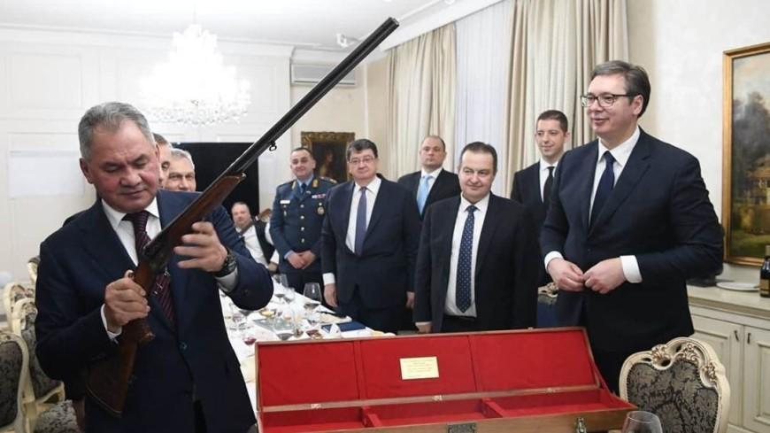 Вучич подарил Шойгу охотничье ружье