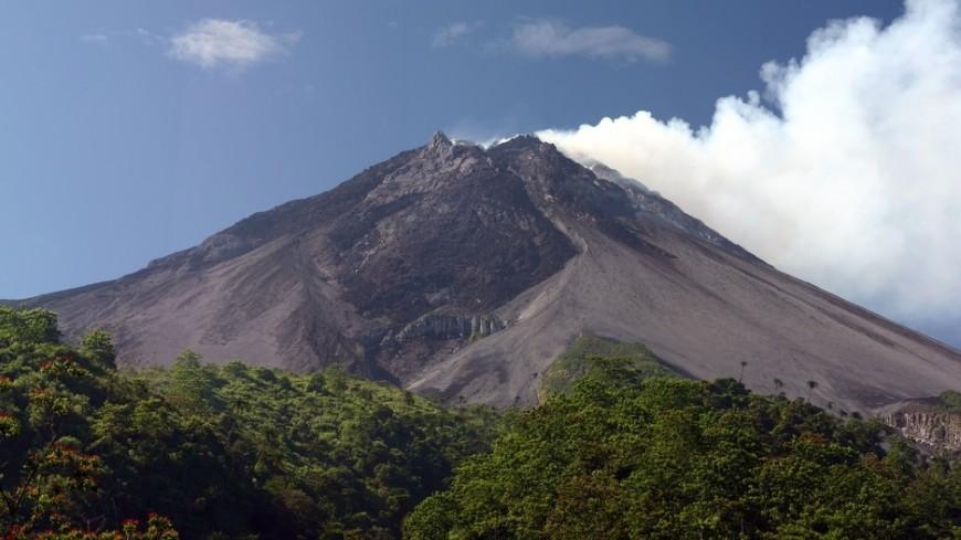 Индонезийский вулкан выбросил столб пепла на высоту 2 км