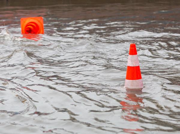 Волны на улицах: канализация Уфы не справляется с талыми водами