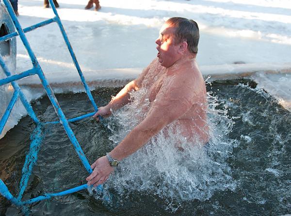 Правильное купание: как окунуться в прорубь на Крещение и не заболеть