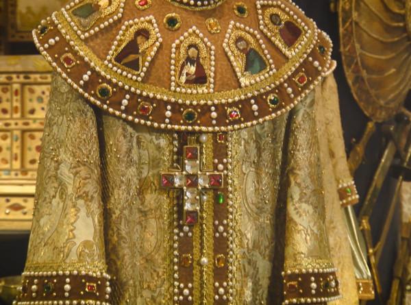 Модная революция: какими методами Петр I заставил Русь скинуть платок и открыть декольте