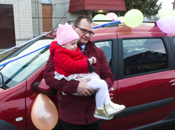 «Наши дети»: многодетной семье из Минской области подарили автомобиль