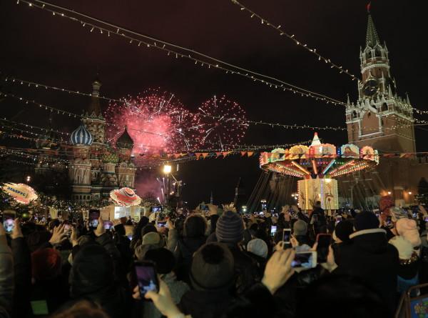Новогодняя ночь на Красной площади подружила гостей столицы (ФОТО)
