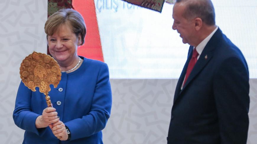 Эрдоган подарил Меркель зеркало и шлем