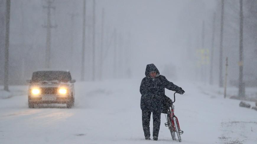 Автобусы вязнут: на Алтае более 10 дорог закрыли из-за метели