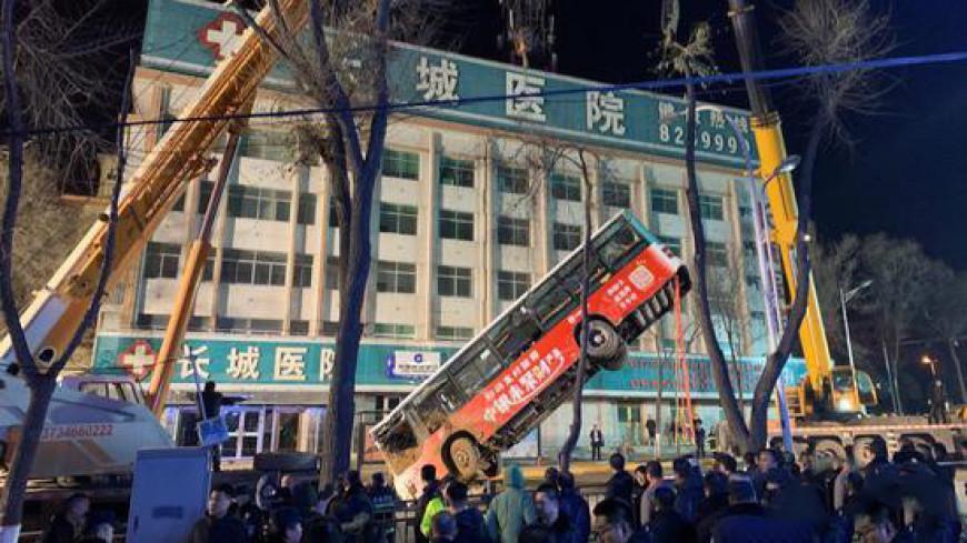Шесть человек погибли при падении автобуса в дыру на дороге в Китае