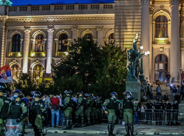 Беспорядки в Белграде: пострадали 43 полицейских и 17 демонстрантов