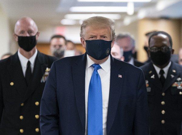 Трамп впервые публично надел защитную медицинскую маску