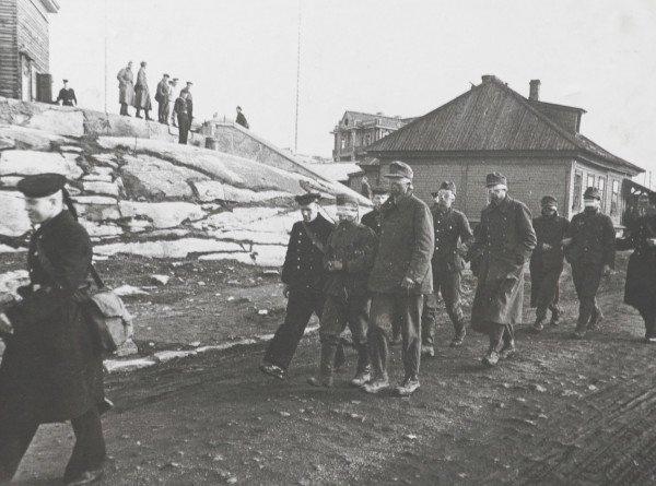 Зарплата, полкило хлеба и собственный бассейн: как жили и трудились пленные немцы в Советском Союзе?