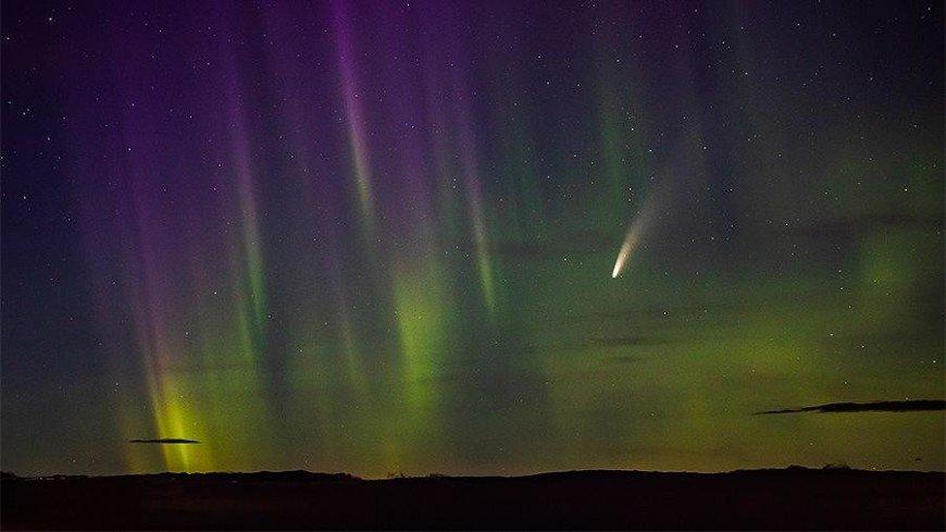 На фотографию попали северное сияние и комета