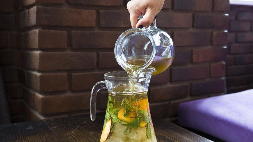 Приготовление освежающих коктейлей с чаем,лимонад, чай, напиток, жара, ,лимонад, чай, напиток, жара,