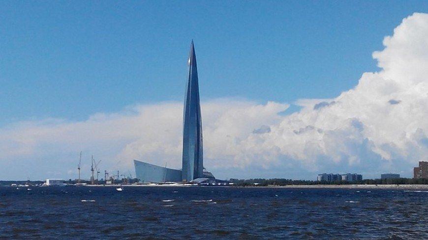 Без страховки и в маске: в Петербурге руфер забрался на самое высокое здание Европы