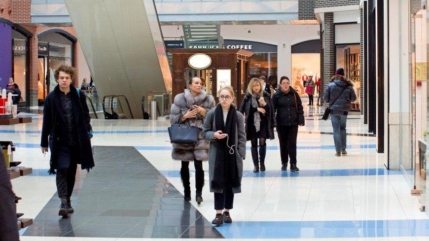 """Фото: Алексей Верпека (МТРК «Мир») """"«Мир 24»"""":http://mir24.tv/, покупатель, магазин, магазины, распродажа, sale, эскалатор, торговый центр, покупатели"""