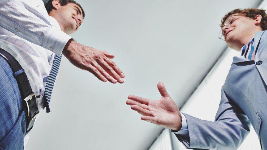 рукопожатие, согласие, партнерство, партнер, бизнес, офис, офисный сотрудник, корпоратив, работа, организация, компетентность, дело, деловые отношения, мужчины,