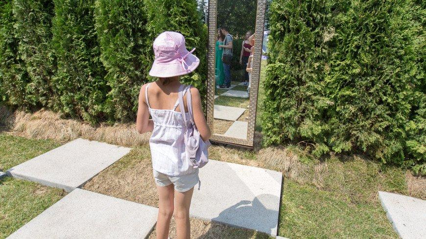 "Фото: Алан Кациев (МТРК «Мир») ""«Мир 24»"":http://mir24.tv/, зеркало, девочка"
