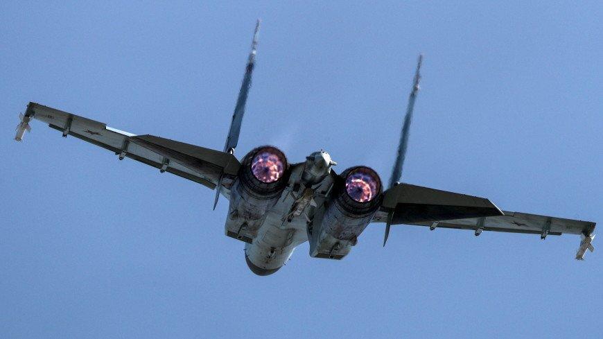 В честь Дня ВМФ «Русские витязи» показали фигуры высшего пилотажа во Владивостоке