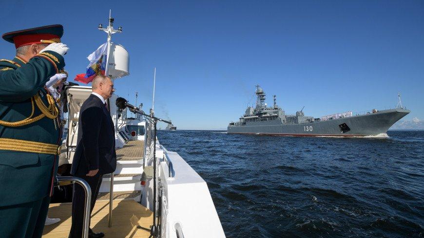 Путин обошел на катере парадную линию боевых кораблей на Кронштадтском рейде