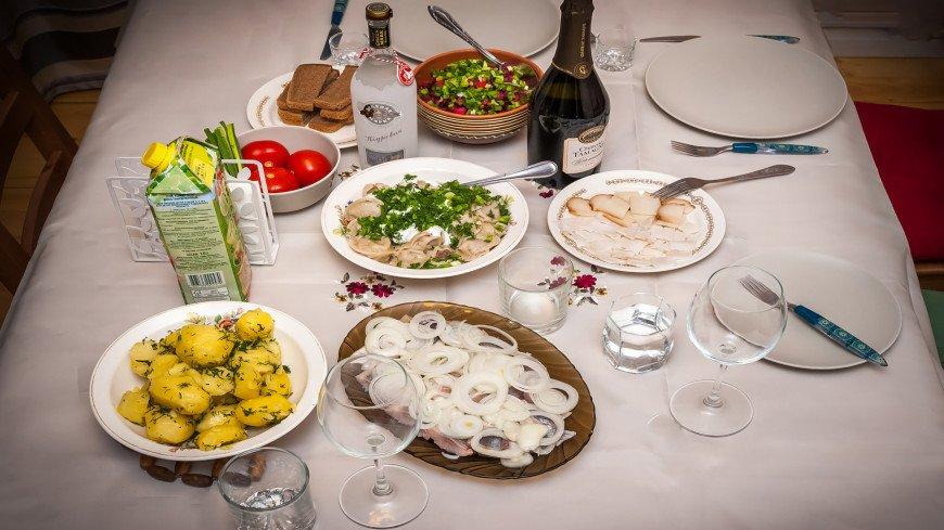 Обед в русском стиле,еда, обед, ужин, винегрет, картошка, пельмени, помидор, сало, ,еда, обед, ужин, винегрет, картошка, пельмени, помидор, сало,