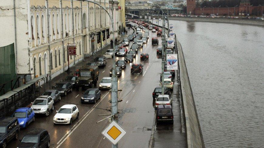 """Фото: Елена Андреева, """"«Мир24»"""":http://mir24.tv/, дорожные знаки, дорожное движение, автомобили, машины, пробки"""