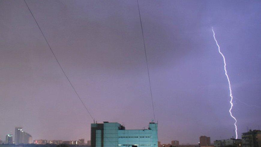 От удара молнии двое мужчин пострадали в Москве