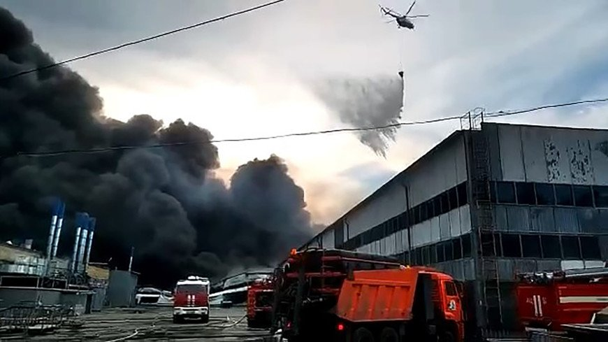 В Самаре продолжается тушение пожара, вспыхнувшего накануне на складах
