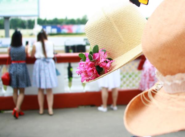 Безопасная шляпа: художник создал головные уборы от COVID-19