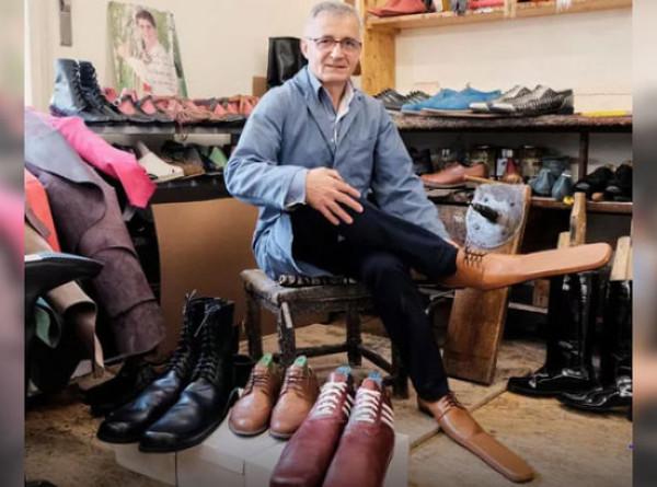 Сапожник из Румынии создал ботинки для сохранения дистанции