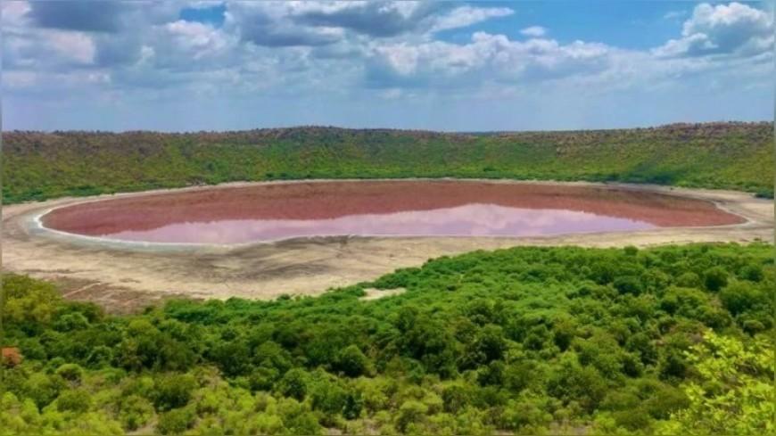 Ученые выясняют причину изменения цвета озера в Индии