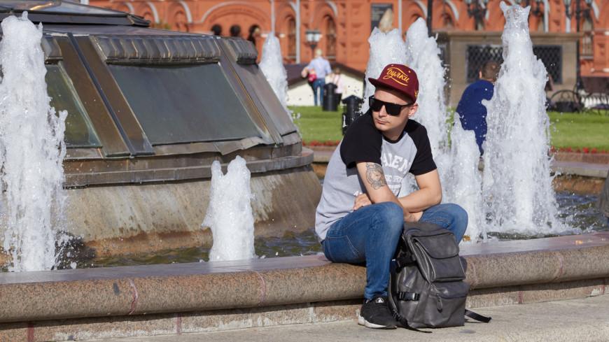 Молодой человек отдыхает около фонтана,молодой человек, мужчина, фонтан, кепка, бейсболка, солнечные очки, лето, жара, ,молодой человек, мужчина, фонтан, кепка, бейсболка, солнечные очки, лето, жара,