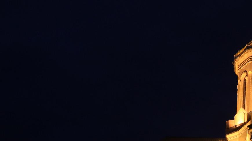 Цминда Самеба (Собор Святой Троицы) — главный кафедральный собор Грузинской православной церкви находится в Тбилиси на холме св. Ильи.,Грузия, Цминда Самеба, Собор Святой Троицы,  главный кафедральный собор Грузинской православной церкви, религия, вера, церковь, собор, Тбилиси,