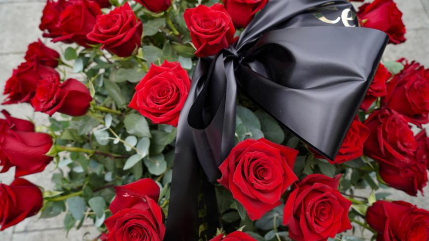 прощание с марком захаровым, прощание, похороны, цветы, траур, скорбь, горе, цветы, венок, розы,