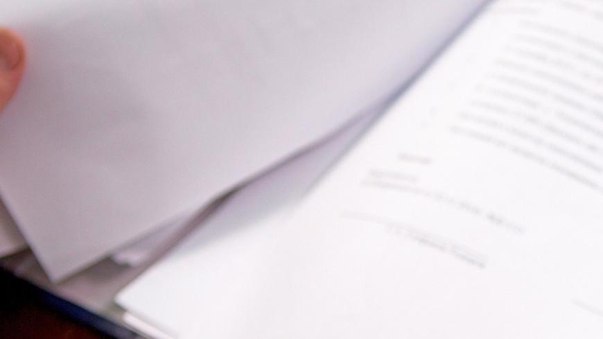 """Фото: Алан Кациев (МТРК «Мир») """"«Мир 24»"""":http://mir24.tv/, экономика, документы, подпись документов, ручка, писать, калькулятор, бизнес"""