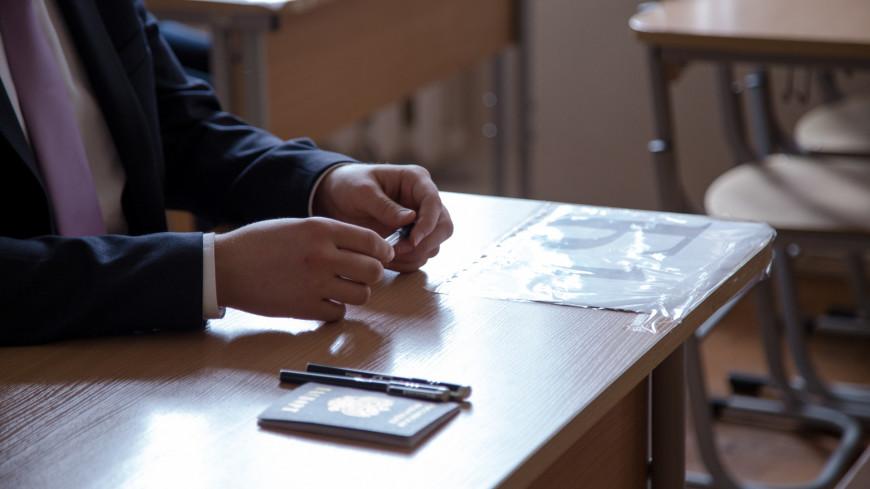 """Фото: Мария Андросова (МТРК «Мир») """"«Мир 24»"""":http://mir24.tv/, российский паспорт, егэ, экзамен, экзамены, школа, школьники, паспорт"""