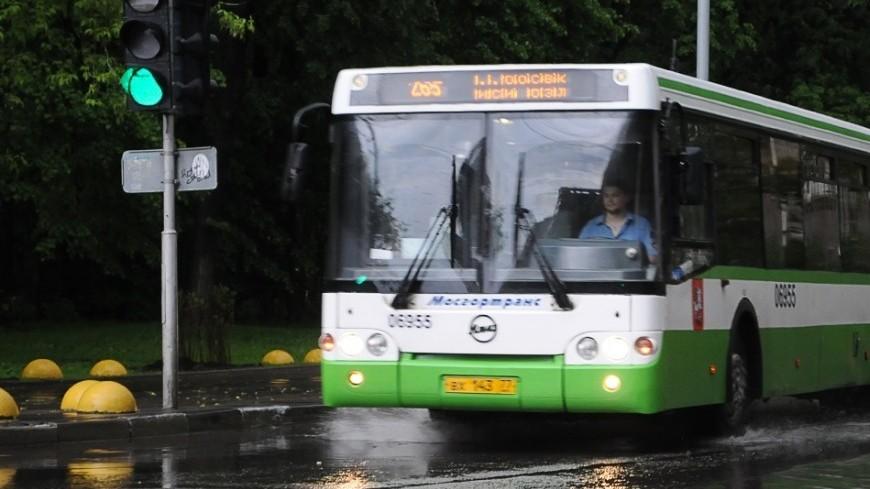 """Фото: Сергей Минеев, """"«Мир 24»"""":http://mir24.tv/, транспорт, дождь, дороги, лужи, автобус"""