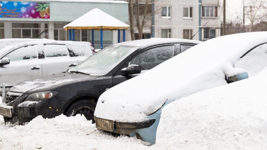 """Фото: Максим Кулачков, """"«Мир 24»"""":http://mir24.tv/, машина в снегу, зима, заснеженная москва, снегопад, снег, метель, снежный город, сугробы"""
