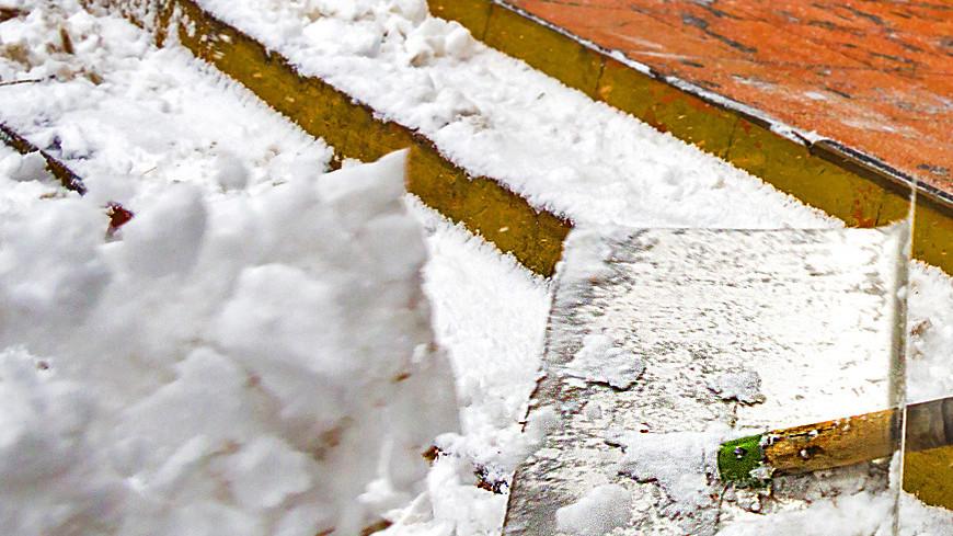 """Фото: Татьяна Константинова, """"МТРК «Мир»"""":http://mirtv.ru/, лопата, снег, снегопад"""