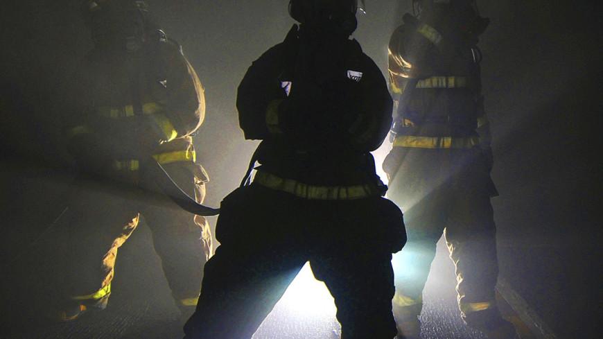 """Фото:  Seaman Apprentice Aaron Hubner, """"Минобороны США"""":http://www.defense.gov/, спасатели, пожарные, пожар"""