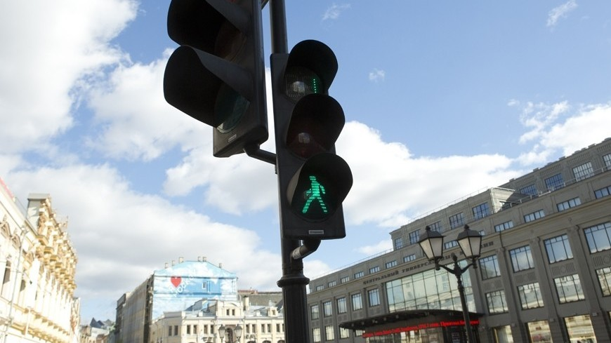 Светофоры на пешеходных переходах Москвы дольше будут гореть зеленым