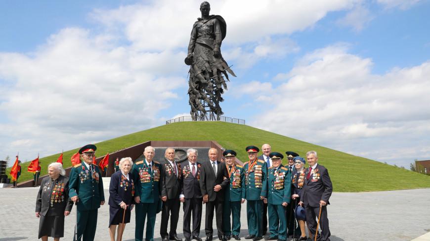 Путин сделал автограф для участницы открытия Ржевского мемориала
