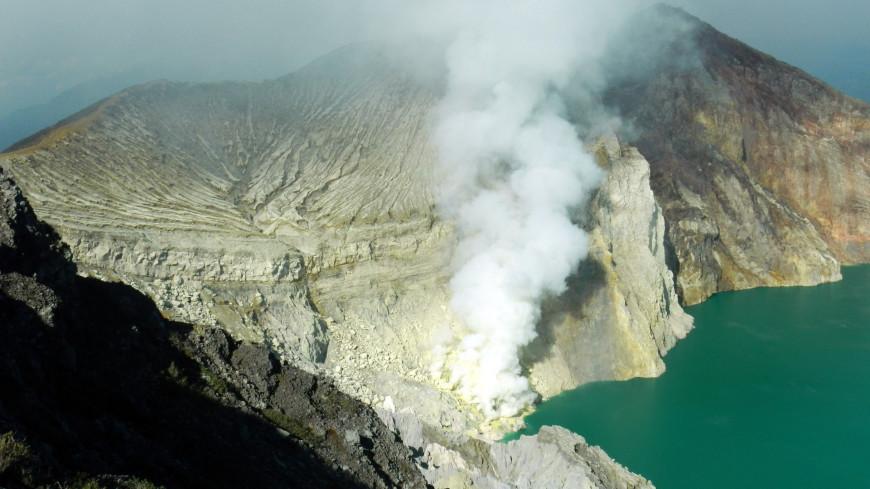 Вулкан Эбеко на Курилах выбросил пепел на высоту 3,5 км