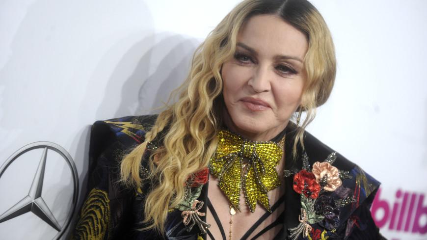 Мадонна пришла на марш против расизма в Лондоне на костылях