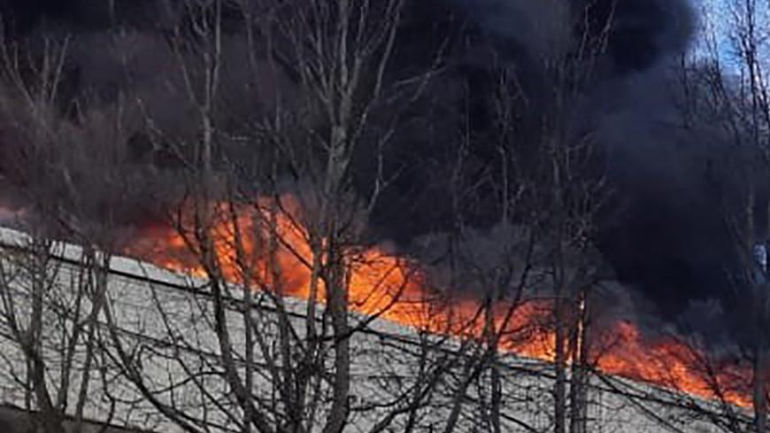 На горящем складе алюминиевого завода в Подмосковье рухнула кровля