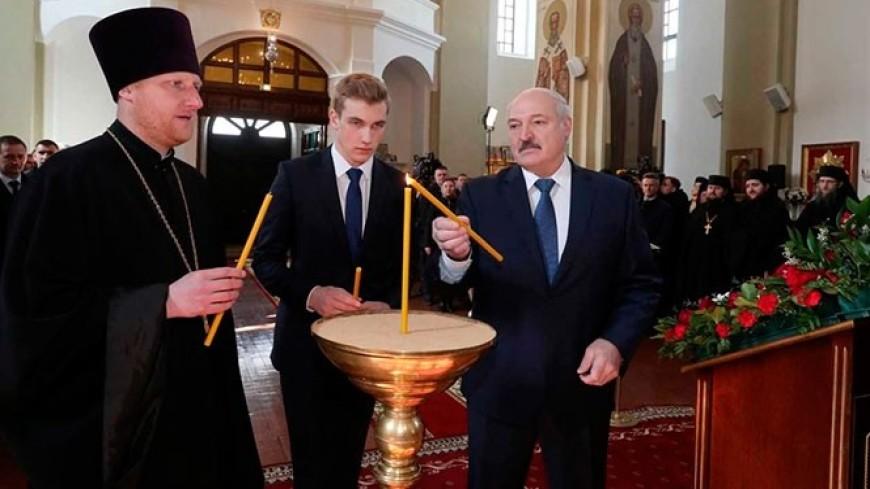Лукашенко поздравил верующих с Пасхой и пообщался с прихожанами