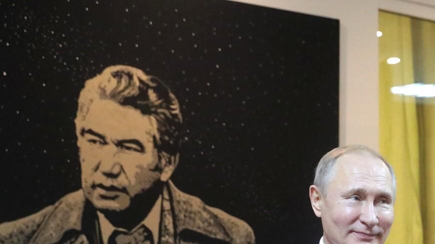 Путин и Жээнбеков посетили дом-музей писателя Айтматова в Бишкеке