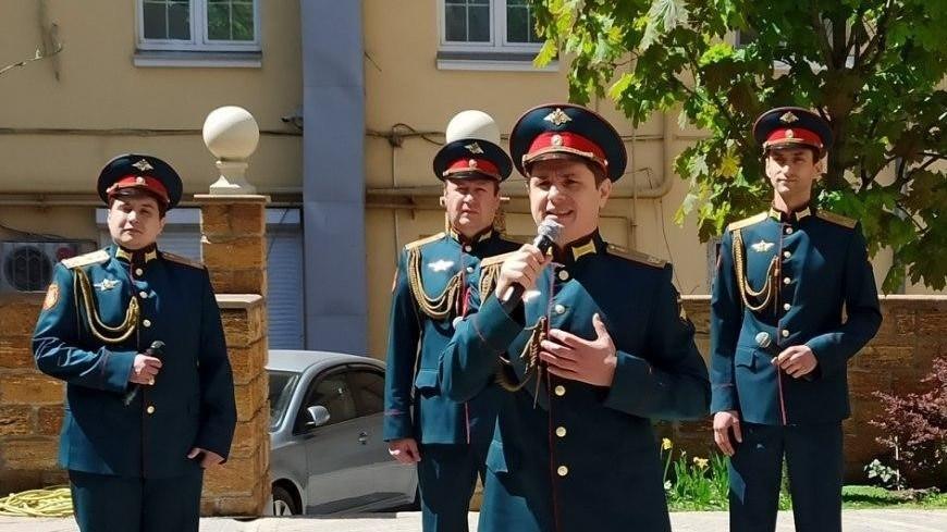 Артисты ансамбля песни и пляски исполнили концерт для жителей ростовского двора