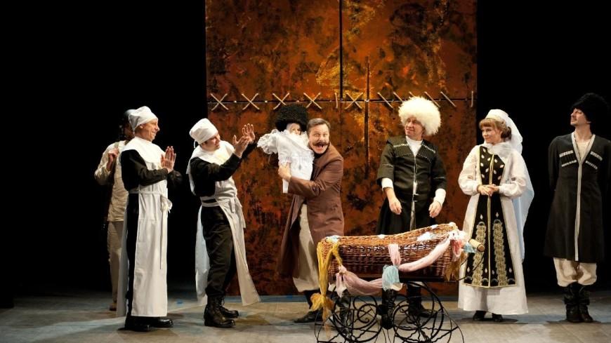 Комический балаган о серьезных вещах: трансляция спектакля «Кавказский меловой круг»