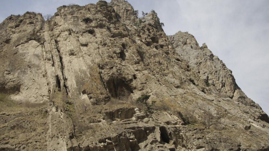 Спасатели сняли со скал двух школьников на юге Казахстана
